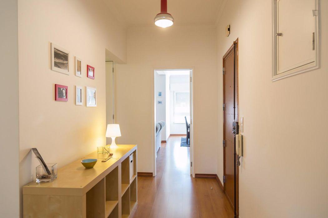 Lovely double bedroom in Algés