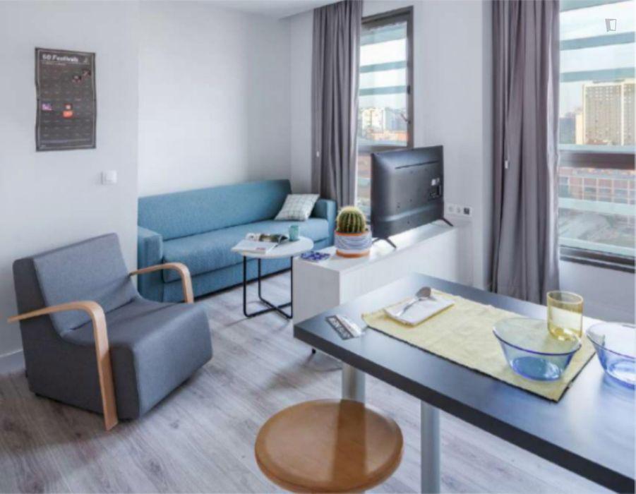 Sunny studio in a nice residence near Palau Reial metro stop