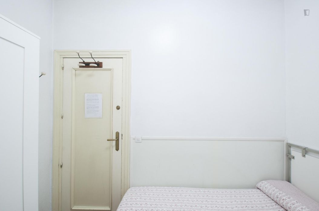 Cosy single bedroom, in student residence in Lista
