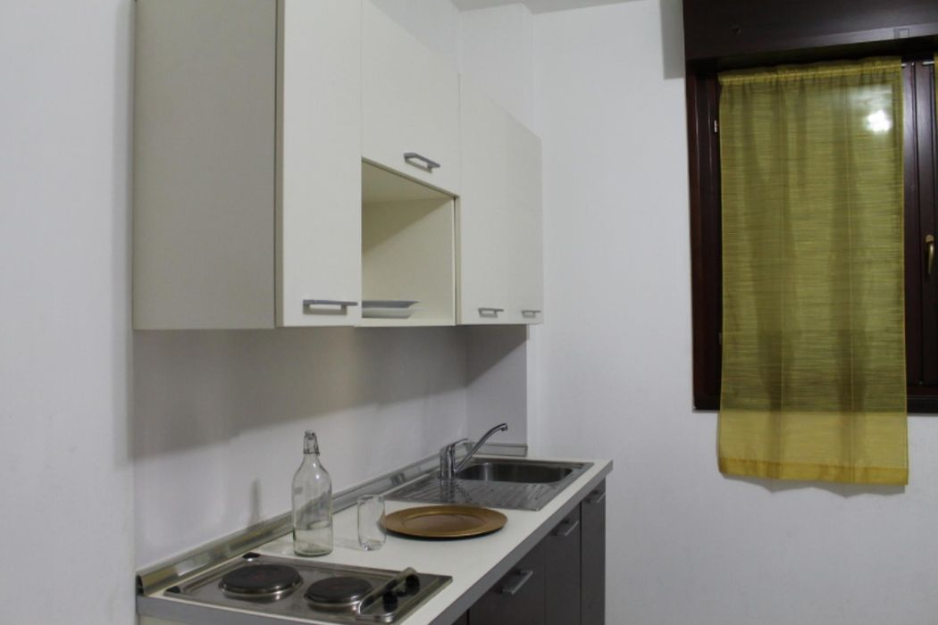 Very neat single bedroom in 3-bedroom flat, near Bicocca