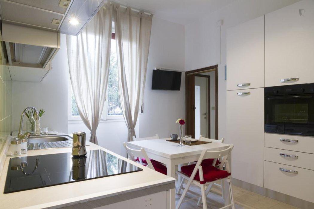 Nice single bedroom in a 3-bedroom apartment in Lorenteggio