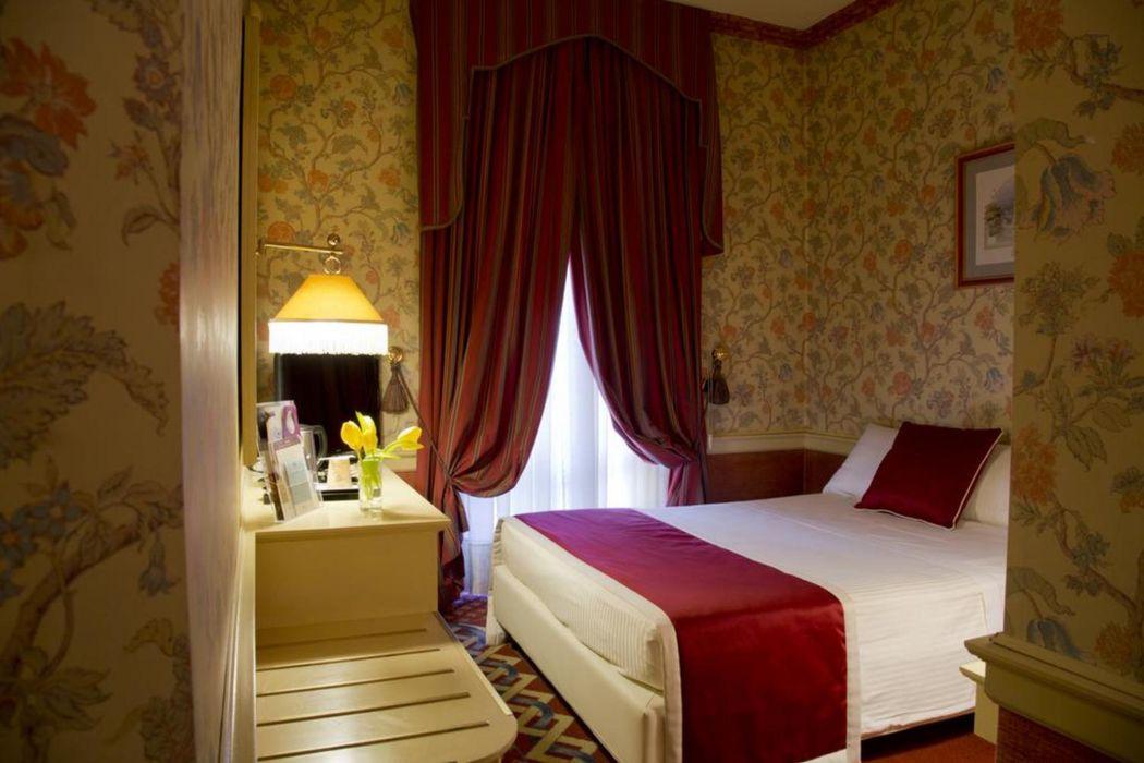 Double ensuite bedroom, in a hostel near Piazza Firenze