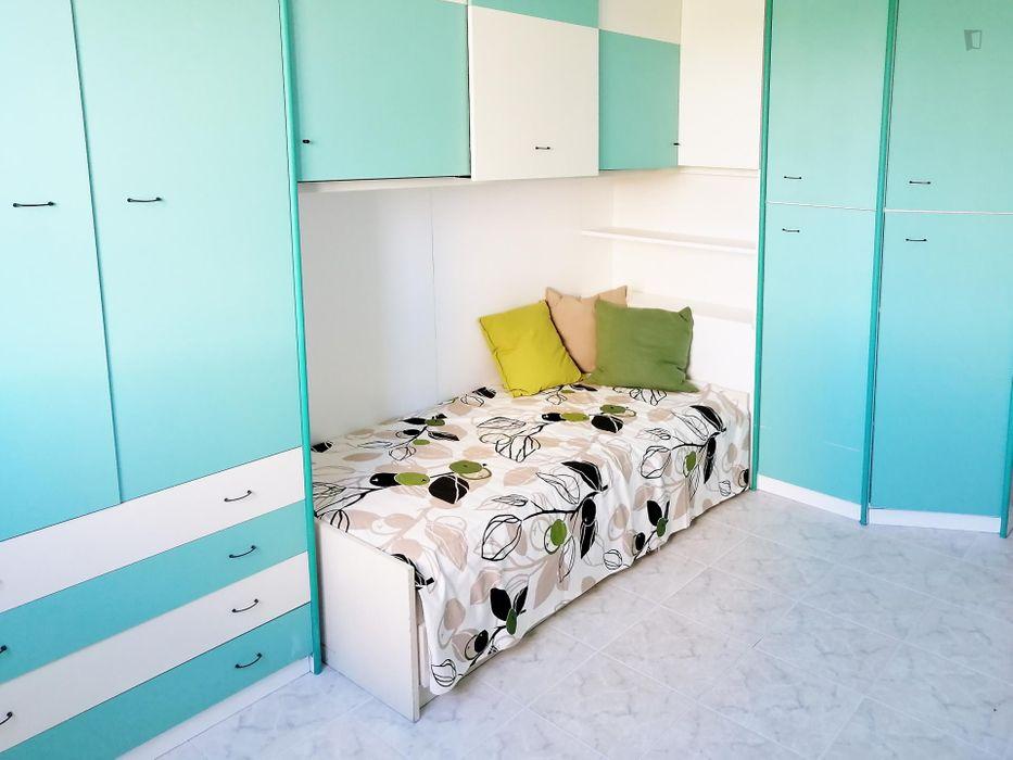 Single bedroom in a 3-bedroom apartment near P.za Abbiategrasso Chiesa Rossa metro station