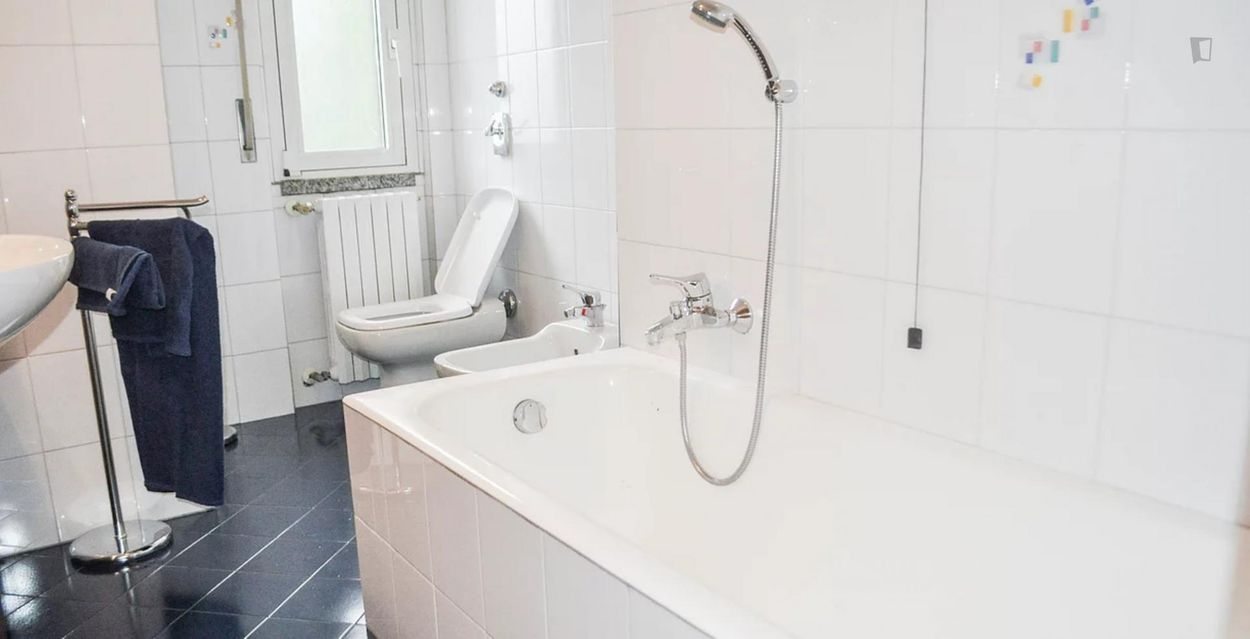 Single bed in 3 bedroom apartment