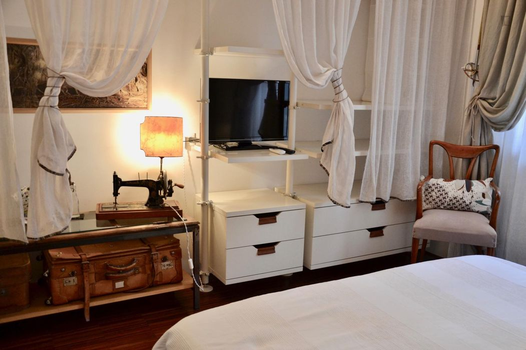 Double bedroom, with private bathroom and balcony, in 1-bedroom apartment