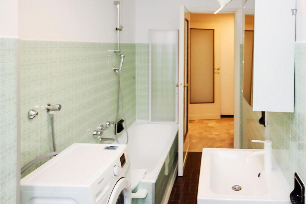 Comfy double bedroom in a 3-bedroom apartment in Lorenteggio