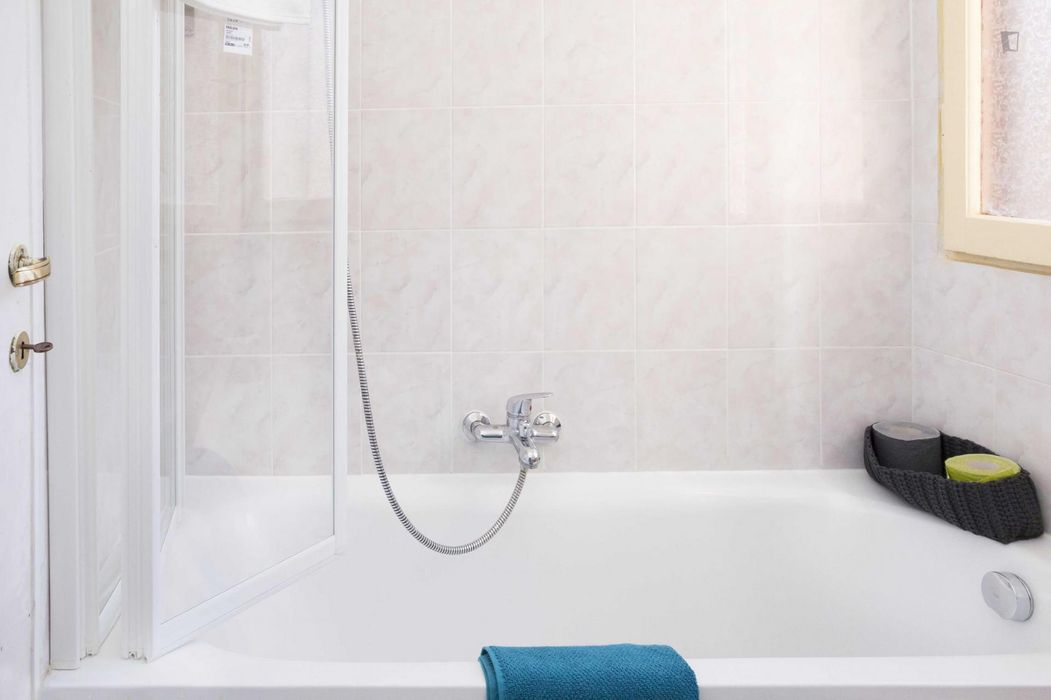 Comfortable double bedroom in a 3-bedroom apartment in Lorenteggio