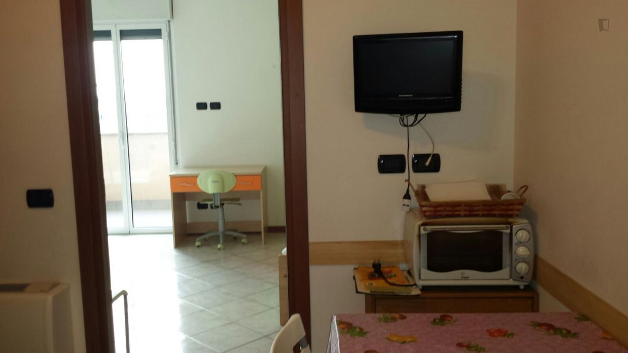 Single bed in a cosy twin bedroom in Bicocca