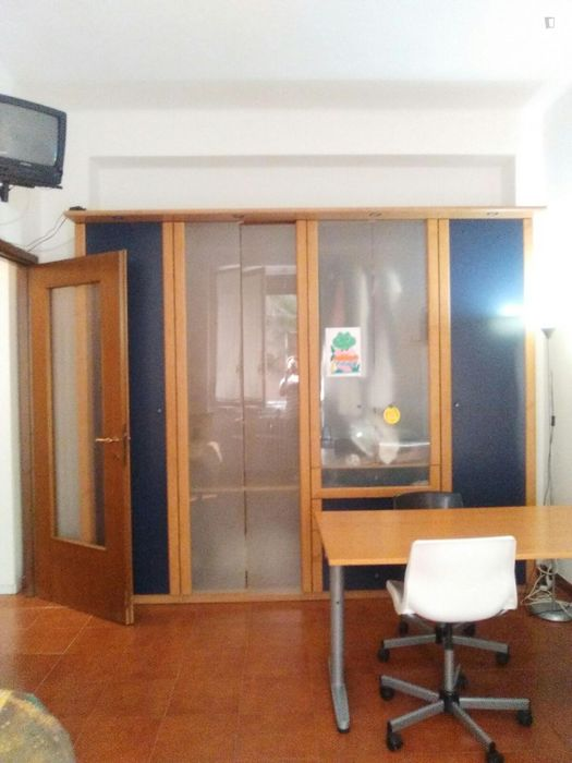 Bed in a twin bedroom, in a 2-bedroom flat in the Viale Monza