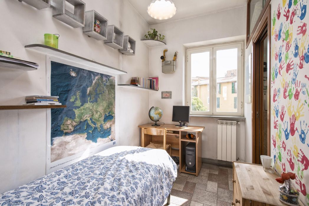 Colourful single ensuite bedroom in Quartiere XXII Collatino