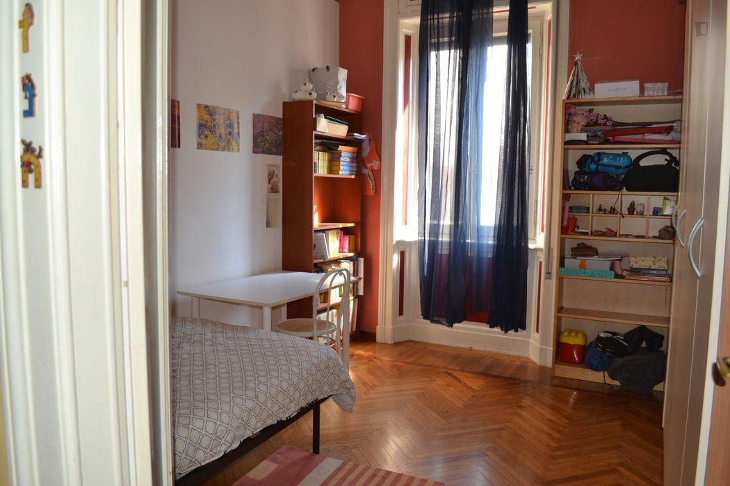 Bright single bedroom