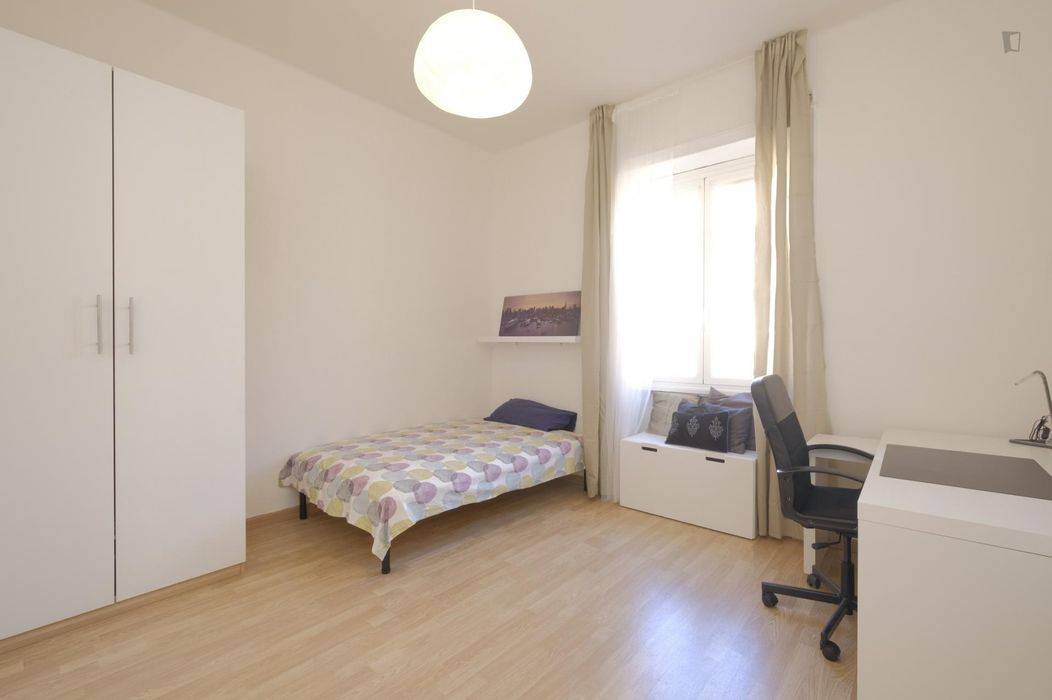 Large single bedroom close to Bologna metro station