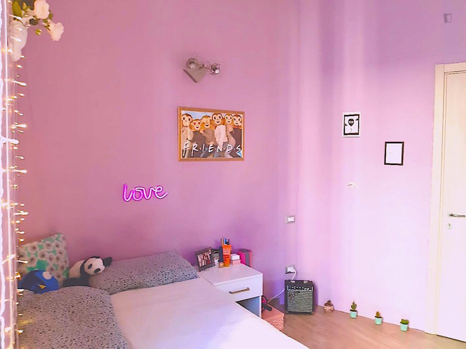 Colorful single room close to NABA