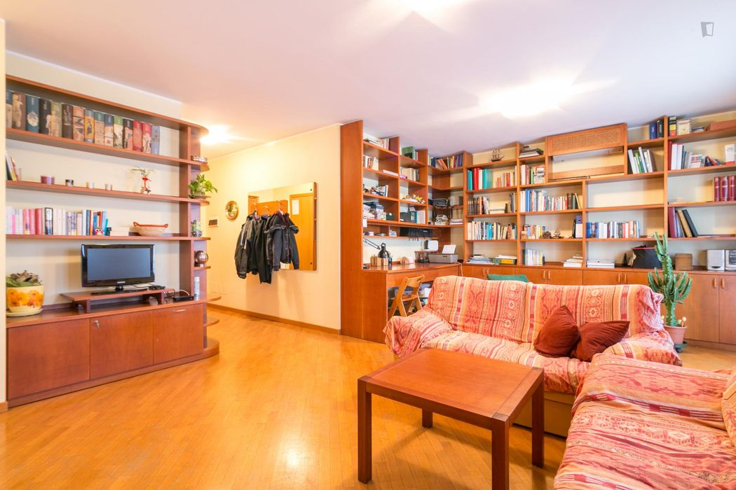 Single bedroom, with balcony, in 3-bedroom apartment