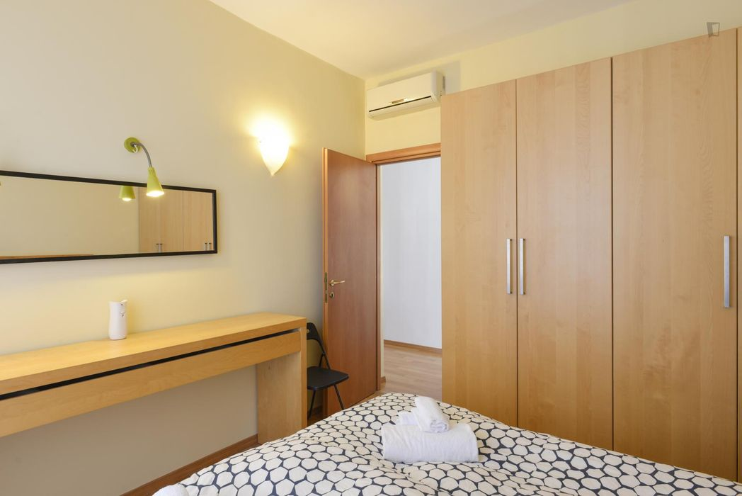 Bright 2-bedroom flat next to Roma San Pietro train station