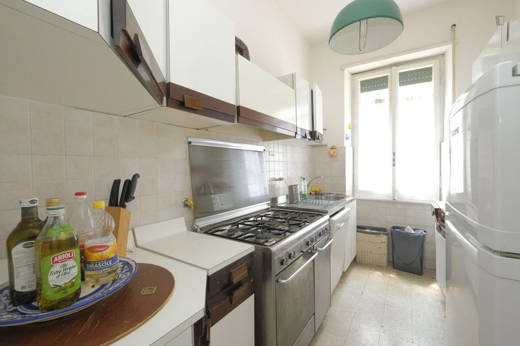 Double bedroom in a 4-bedroom flat close Libia metro B station