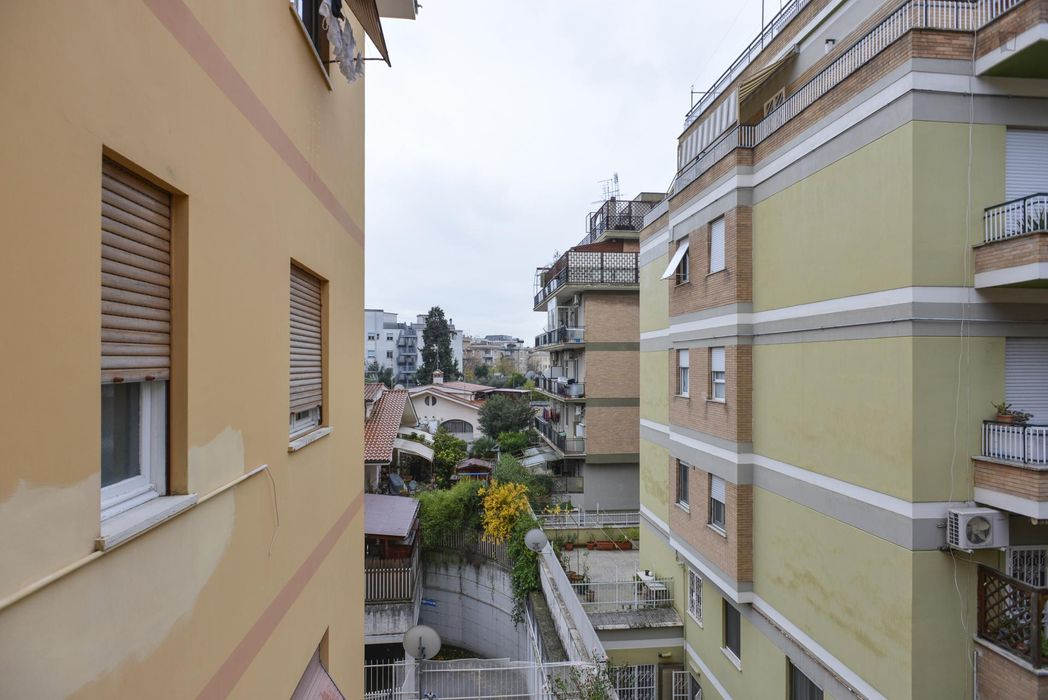 Bright double bedroom near the Gemelli train station