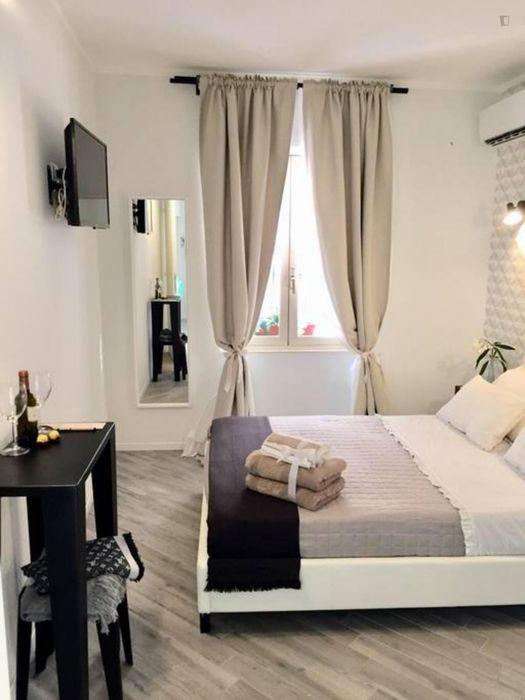 Elegant double ensuite bedroom close to Piazza di Spagna