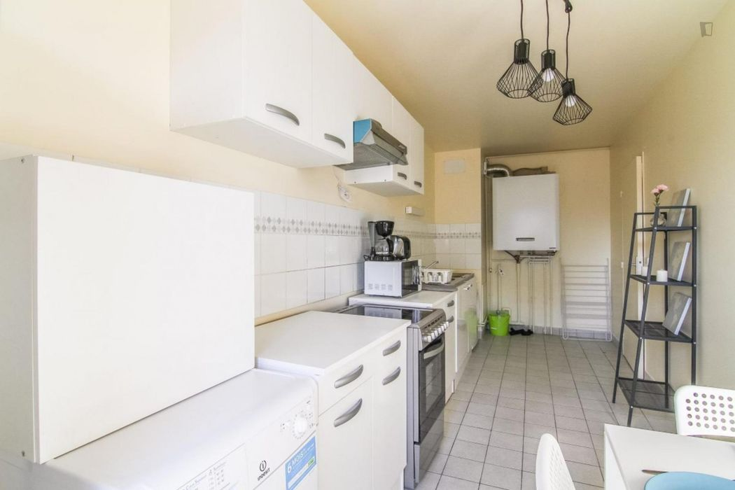 Excellent double bedroom with a balcony, in Les Martinets