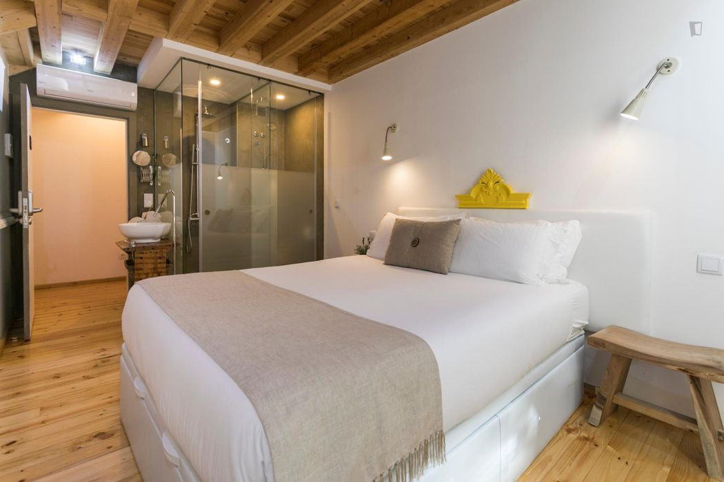 Nice double bedroom in front of Cais do Sodré metro station