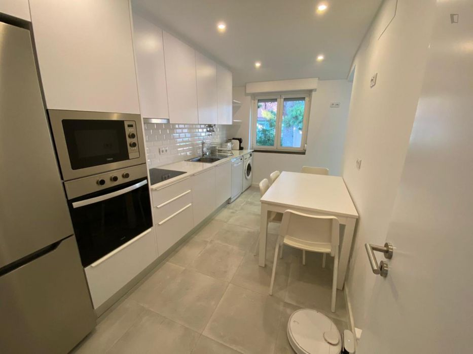 Single bedroom in a 5-bedroom apartment near Nova School of Business and Economics