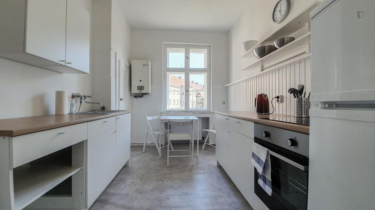 Beautiful double bedroom in a 4-bedroom apartment near Theodor-Wolff-Park