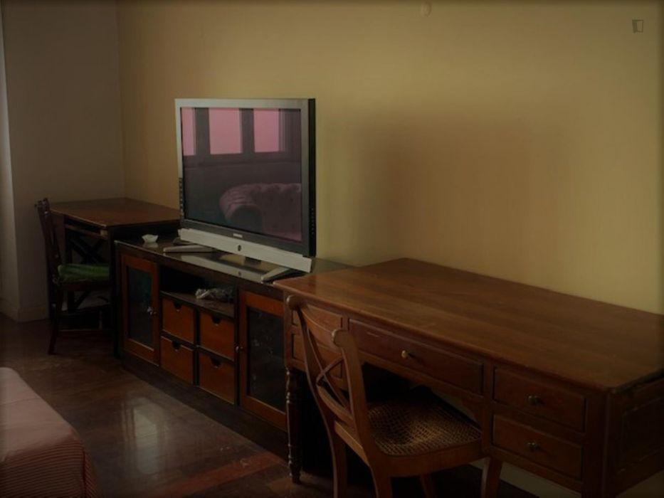 Nice twin bedroom in front of Instituto Superior Técnico