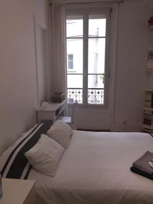 Bright double bedroom near Paris Gare de Lyon metro station
