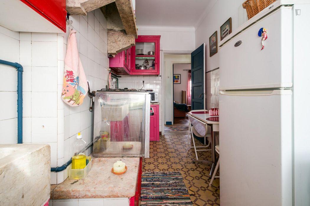 Humble single bedroom in Pontinha