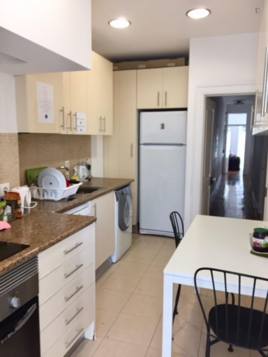 Double bedroom in a 5-bedroom apartment near Anjos metro station