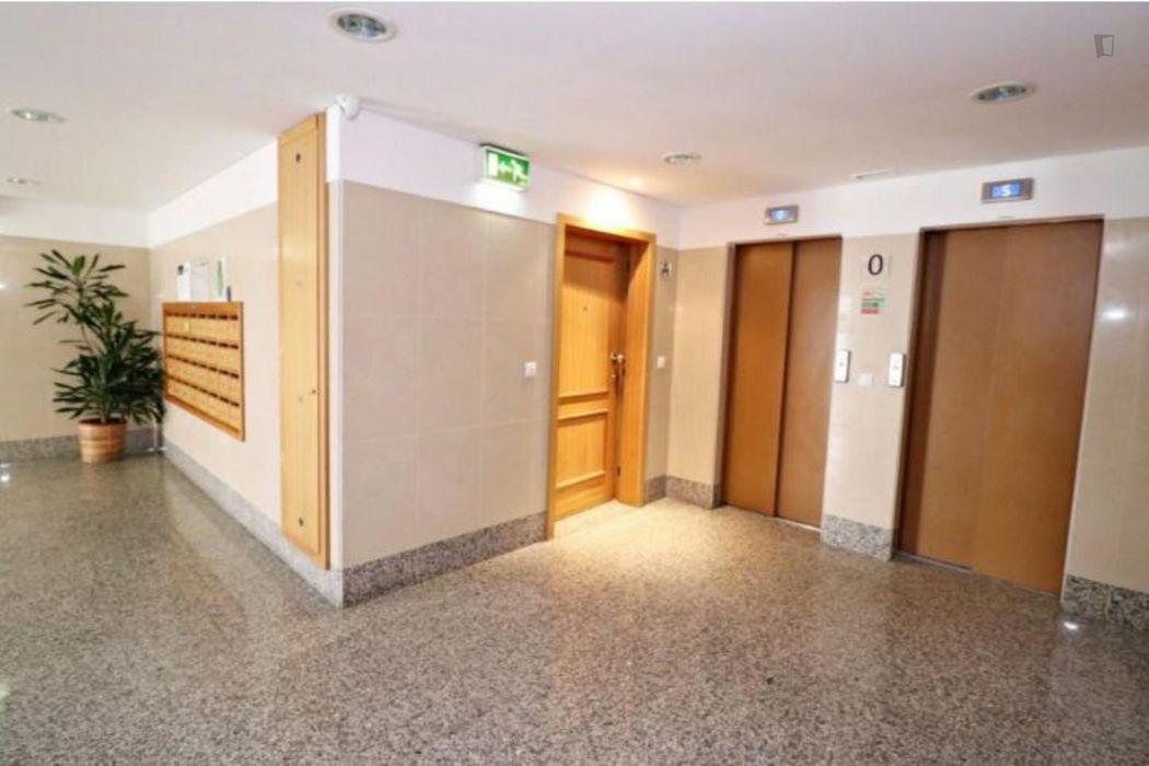 Double bedroom in a 3-bedroom apartment near Parque das Quintas das Conchas e dos Lilases