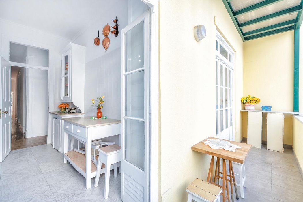 Nice single bedroom close to Saldanha metro station