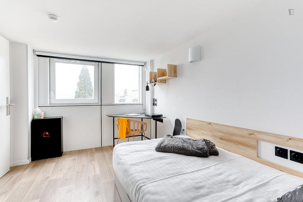Cool double ensuite bedroom in a 2-bedroom apartment, in a residence in Palaiseau