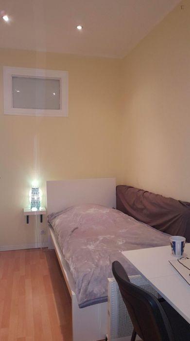 Single bedroom with window in Penha França