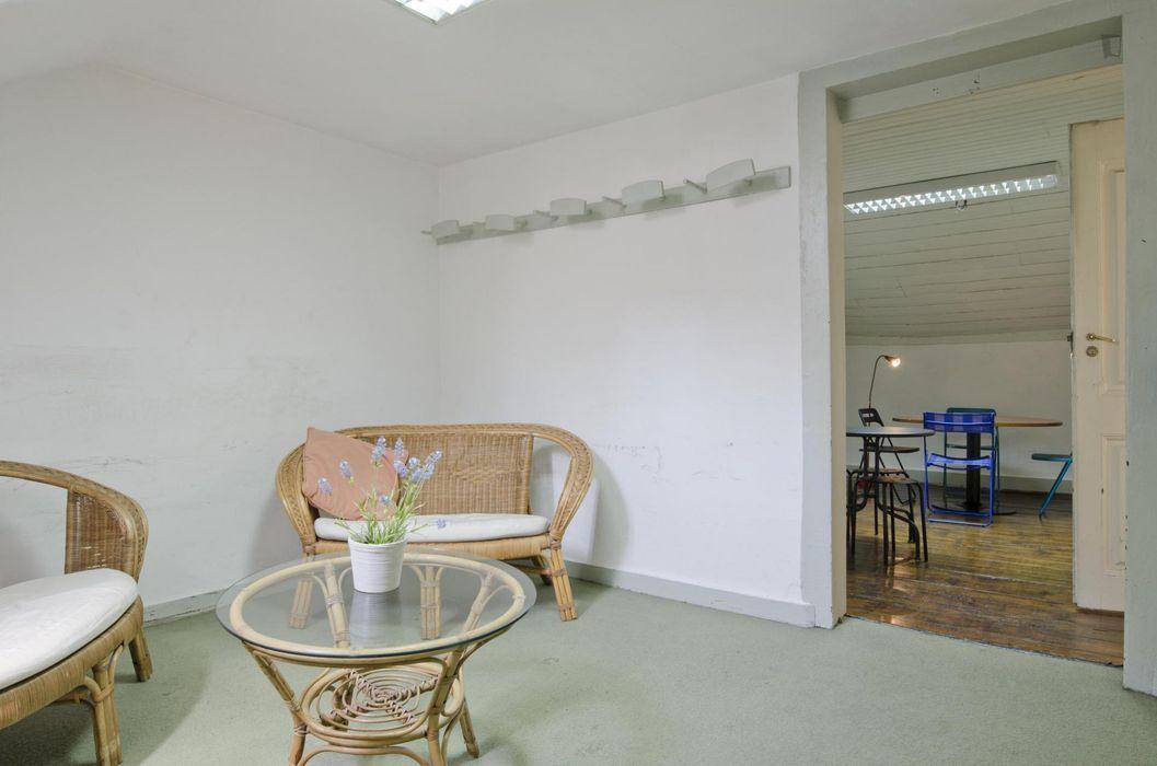 Single bedroom in 21-bedroom residence in typical neighbourhood of Pena