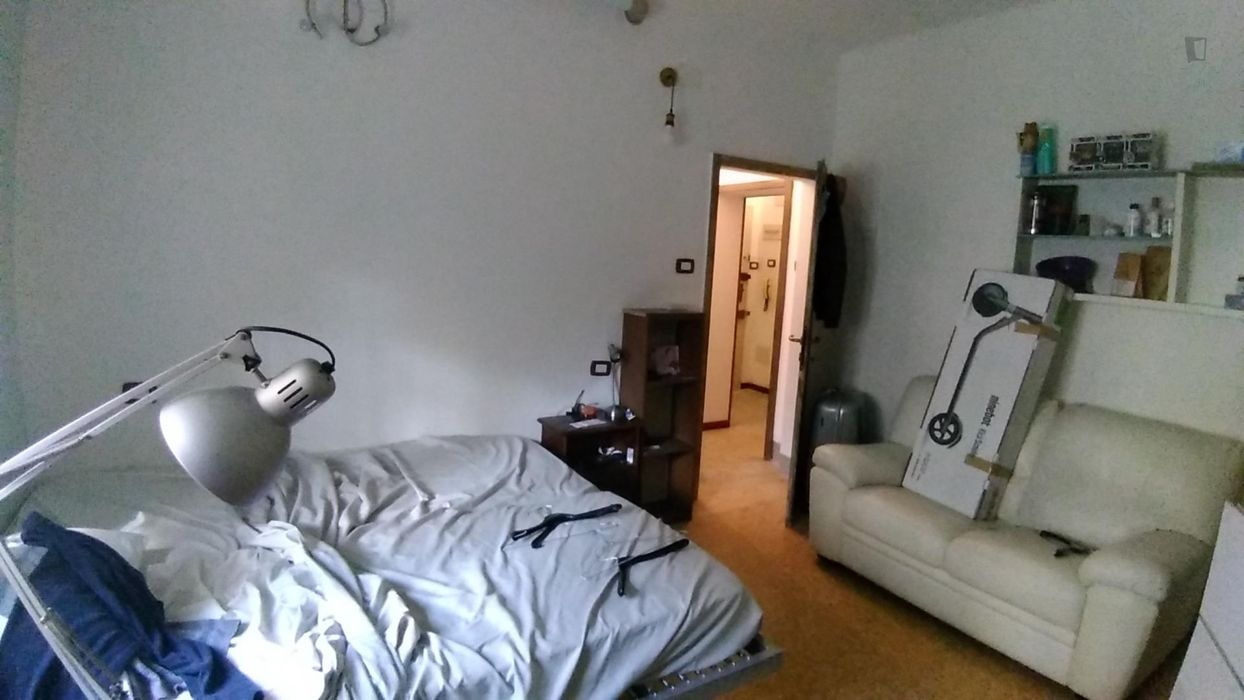 Double bedroom in a 3-bedroom apartment near Parco Mario Riva