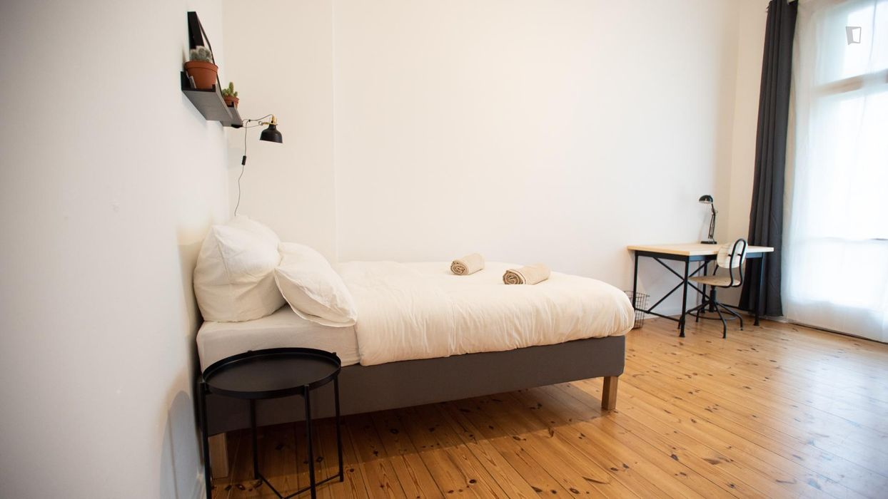 Bright room, fully-furnished in modern apartment in Charlottenburg!