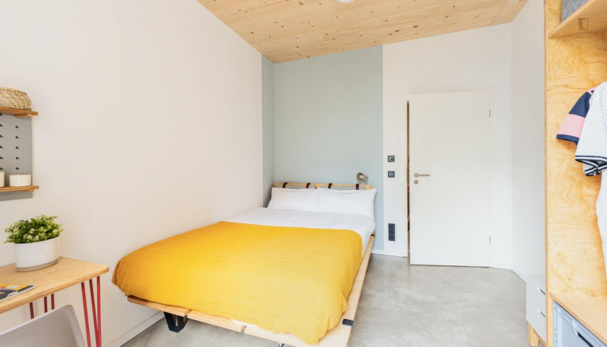 Bright double bedroom in a 3-bedroom apartment near U-Bahnhof Rehberge transport station