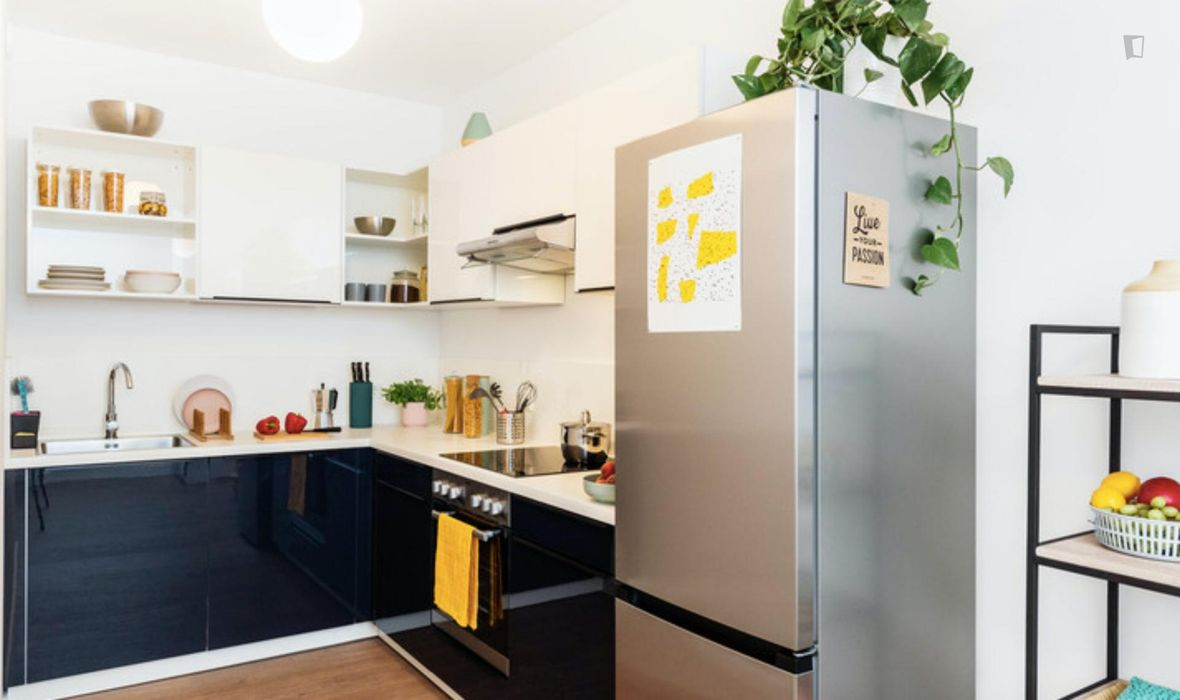 Spacious double bedroom in a 3-bedroom apartment near S+U Lichtenberg transport station