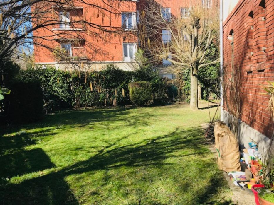 Cool double bedroom in a 3-bedroom apartment near Gare du Val d'Or train station
