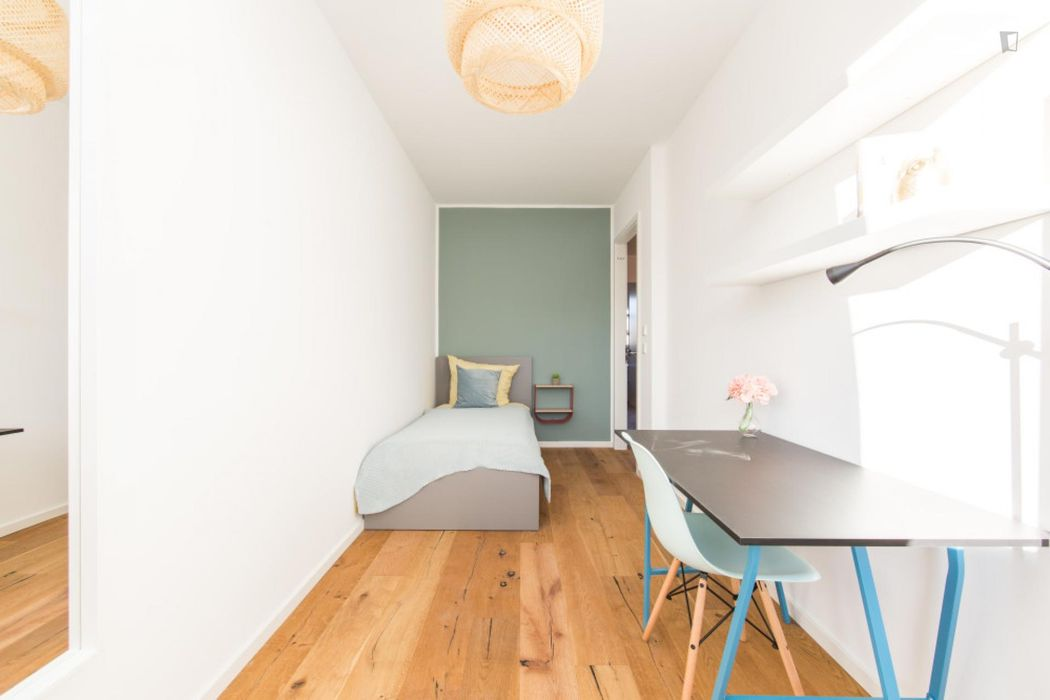 Single bedroom, with balcony, in 4-bedroom apartment