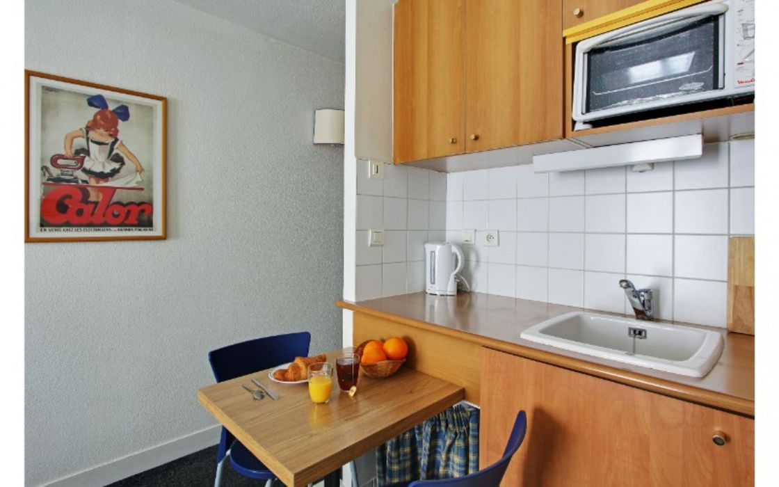 Lovely studio near Mairie des Lilas metro station - STUDENTS ONLY