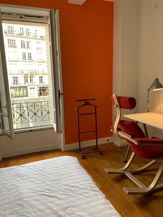 Cool double bedroom in a 4-bedroom apartment near Wagram metro station