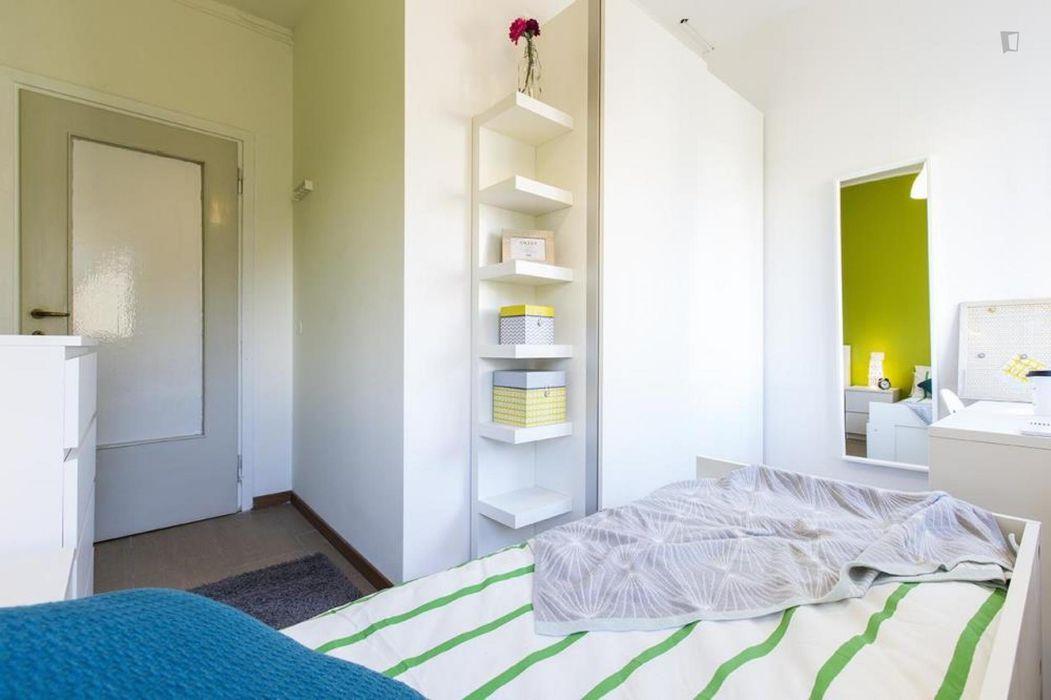 Pleasant single bedroom in a 3-bedroom apartment near Gambara metro station