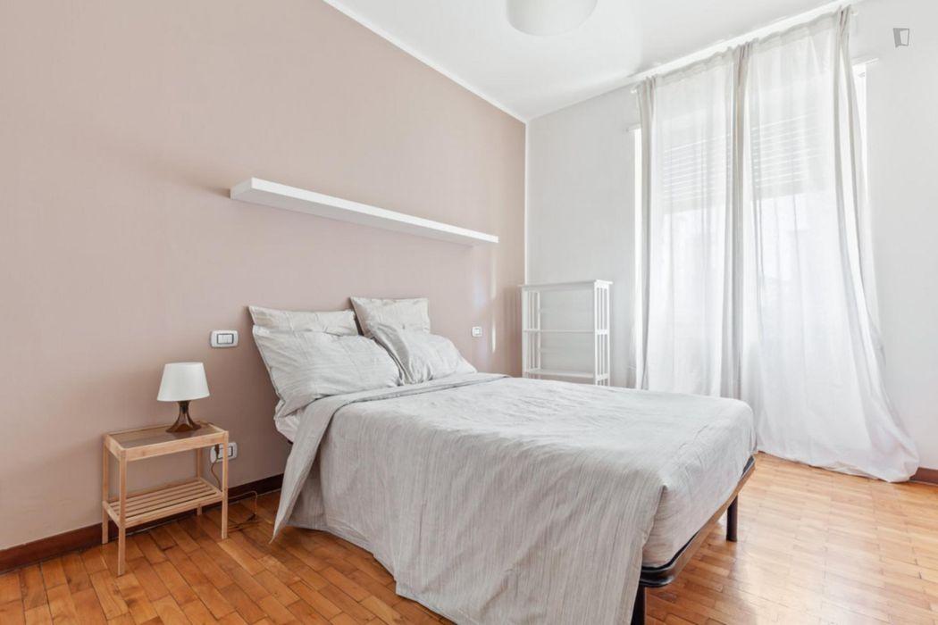 Spacious double bedroom in Lorenteggio